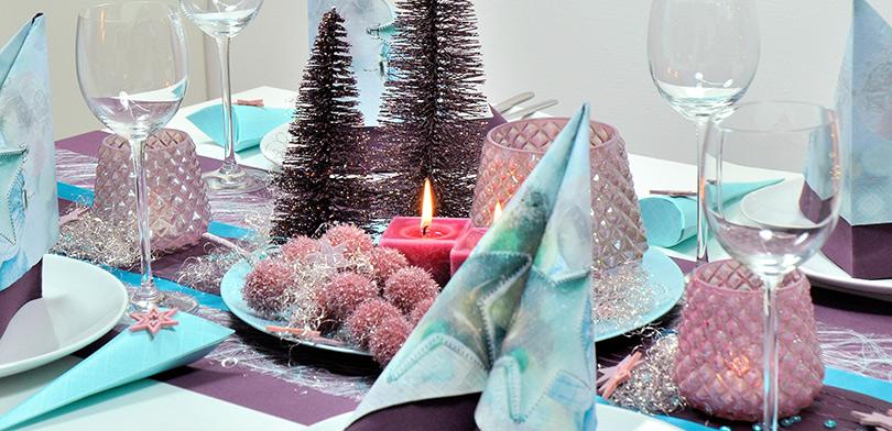 Weihnachtliche tischdekoration in aubergine und t rkis - Tischdeko aubergine ...