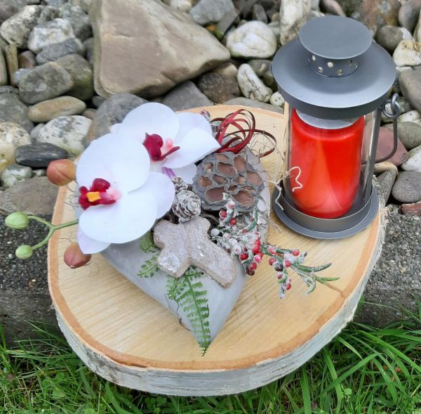 Grabgesteck Zement-Herz mit Orchidee Weiß/Bordeaux Dekobeispiel bei Tischdeko-Shop.de