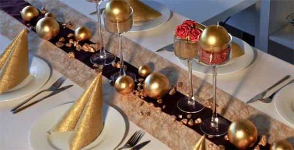 Tischdekoration zur Goldhochzeit in Dunkelrot und Gold