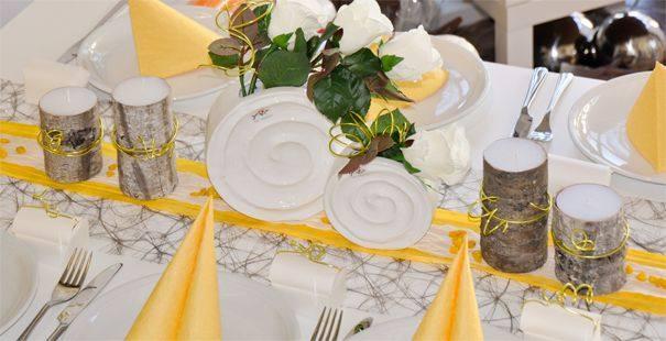 Tischdekoration zur hochzeit in taupe gelb mit birke for Tischdeko shop