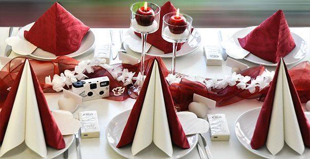 Aparte Tischdekoration zur Hochzeit in Bordeaux kombiniert mit einer ...