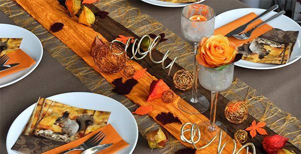 Herbstliche Tischdekoration in Braun und Orange