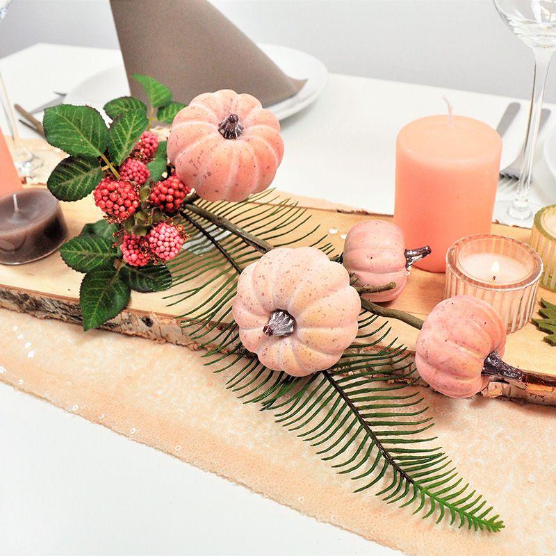 Herbstliche Tischdekoration In Apricot Mit Kurbiszweig