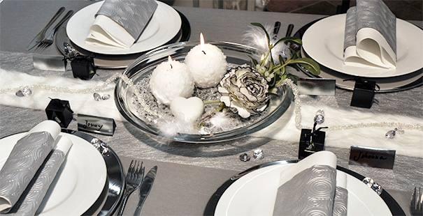 Winterliche Tischdekoration in Grau mit Fellband