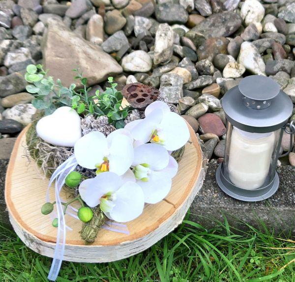 Grabgesteck Heu-Herz mit weißer Orchidee Dekobeispiel bei Tischdeko-Shop.de