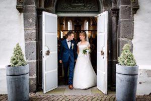 Hochzeitsdeko-in-Greige-Brautpaar