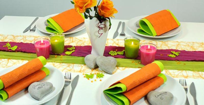 Fruehlingsdeko-fuer-den-Tisch-Orange-Fuchsia-Gruen-mit-Stein-Herzen