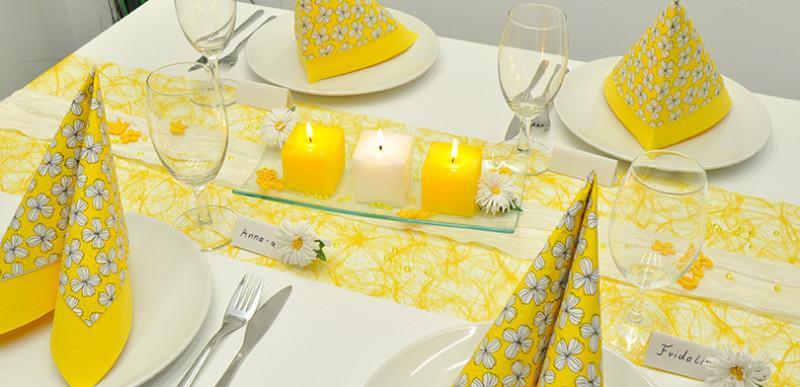 Sommerliche Tischdekoration in Gelb und Weiß mit Margeriten