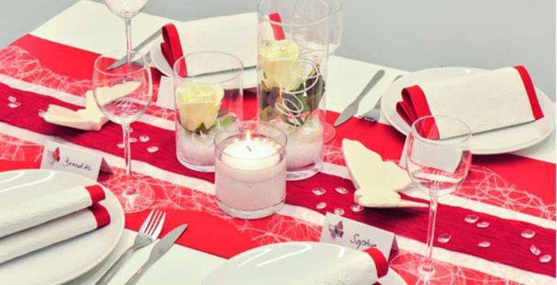 Tischdekoration in Rot und Weiß zur Hochzeit