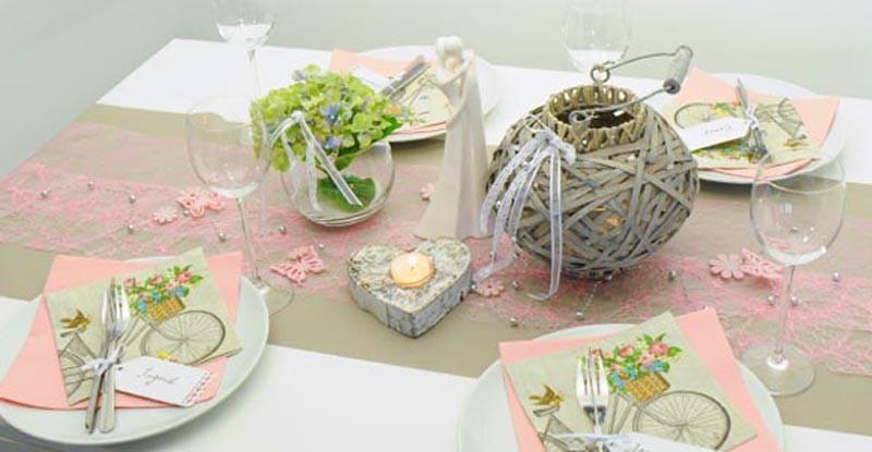 Tischdekoration im Vintage Look in Rosa kombiniert mit Greige