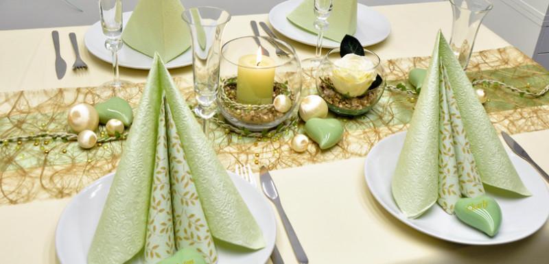Tischdekoration in Gold und Hellgrün