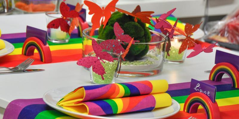 Tischdeko zum Thema Regenbogen