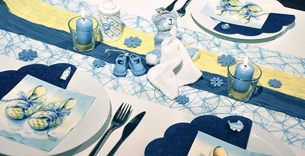 Tischdekoration in Blau und Gelb mit Teddy