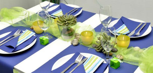 Tischdekoration in Blau und Gruen