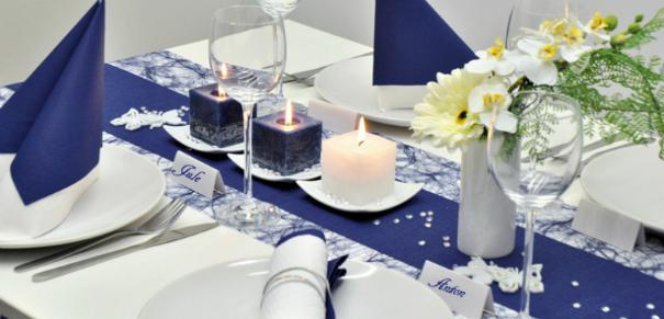 Tischdekoration in Dunkelblau und Weiss