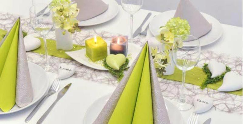 Tischdekoration in Grün und Taupe zur Hochzeit