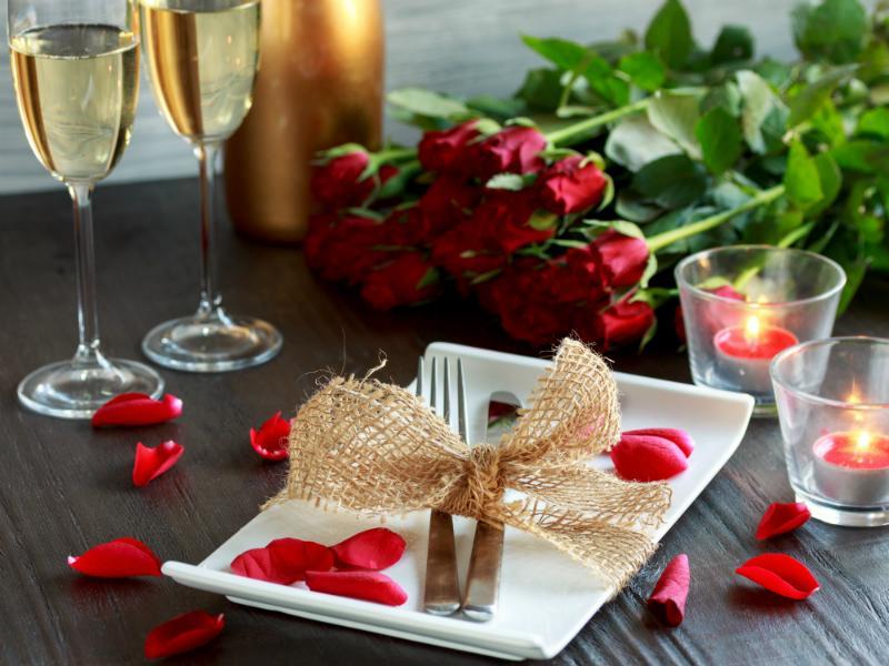 Festliche Tischdekoration fuer romantische Anlaesse