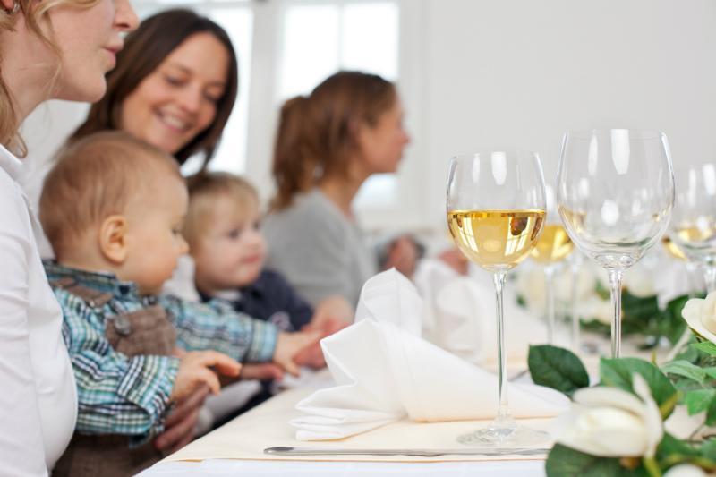 Frauen und Kinder beim Familienfest