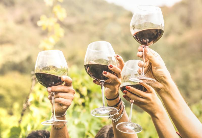 Beim Servieren von Wein immer dem Glas den Vorzug geben