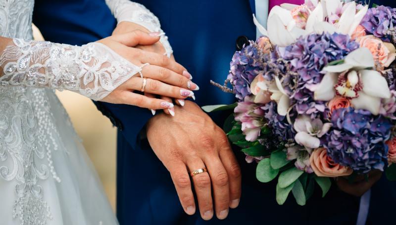 Ein Strauß aus Hortensien passt wunderbar zur Hochzeit