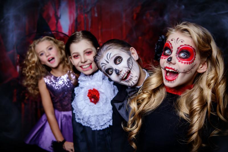 Kinder auf Halloween-Party