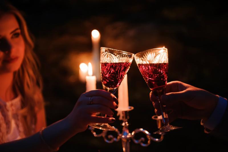 Natuerlich schoene Tischdeko mit sanftem Kerzenlicht