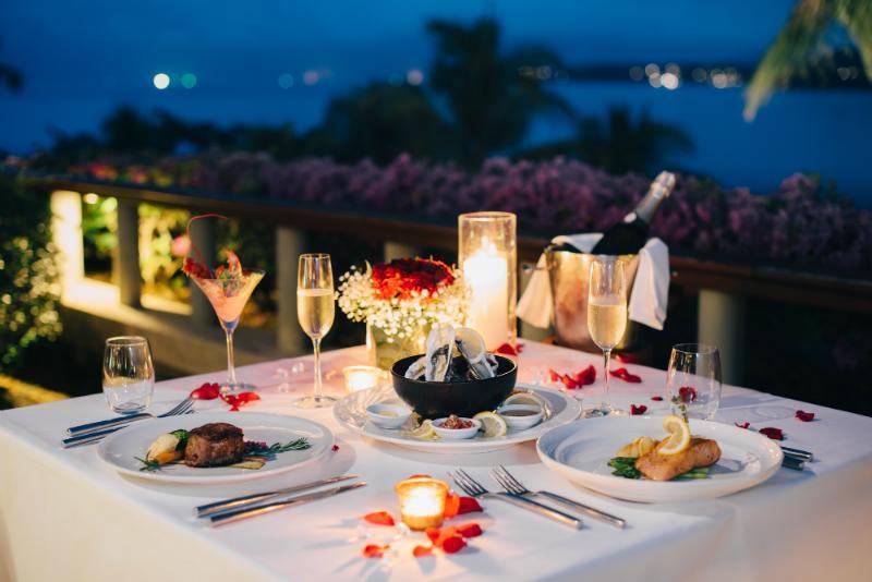 Romantisch gedeckter Tisch fuer Candle-Light-Dinner mit Kerzen