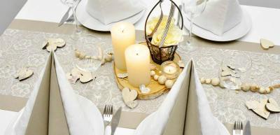 Tischdekoration im Vintage Look in Greige mit weisser Spitze zur Hochzeit