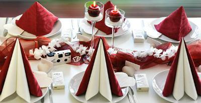 Tischdekoration in Bordeaux mit Weiss zur Hochzeit