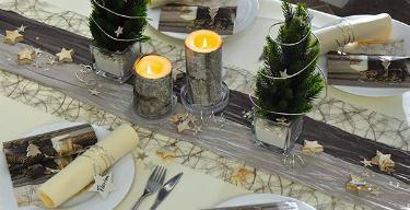 Tischdekoration in Creme und Taupe mit Tannenbaeumchen zu Weihnachten