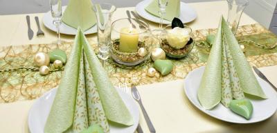 Tischdekoration in Gold und Hellgruen zur Hochzeit
