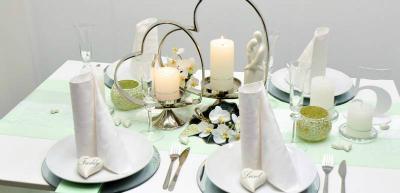 Tischdekoration in Mintgruen mit Spitzenband zur Hochzeit