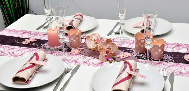 Tischdekoration in Erika und Aubergine