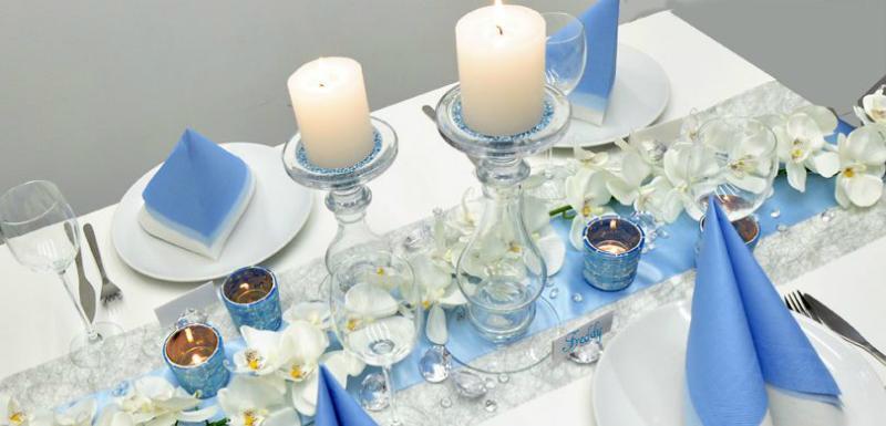 Tischdekoration in Silber und Blau