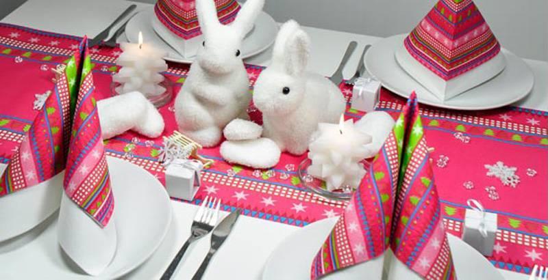 Winterlich weihnachtliche Tischdekoration in Pink mit Schneehasen