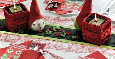 Winterliche Tischdeko in Rot und Gruen mit Strick
