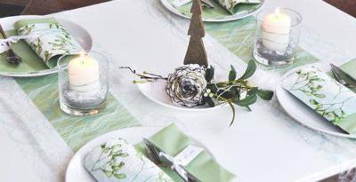 Winterliche Tischdekoration in Mintgruen und Weiss