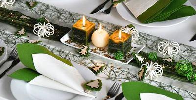Winterliche Tischdekoration in Moosgruen