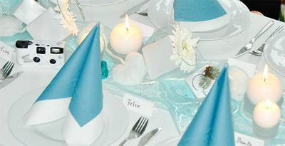 Winterliche Tischdekoration in Tuerkis und Weiss