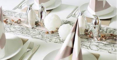 Winterliche Tischdekoration mit Pinguinen und Schneekugeln mit LED Beleuchtung