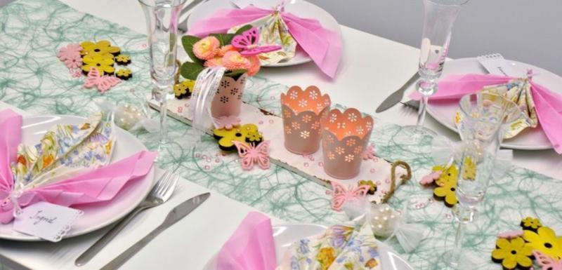 Fruehlingshafte Tischdeko Bluemelein in Gruen kombiniert mit Rosa
