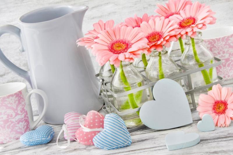 Tischdekoration im Landhausstil Blumen und Geschirr mit Herzen