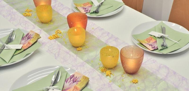 Tischdekoration in Flieder und Gruen fuer den Fruehling