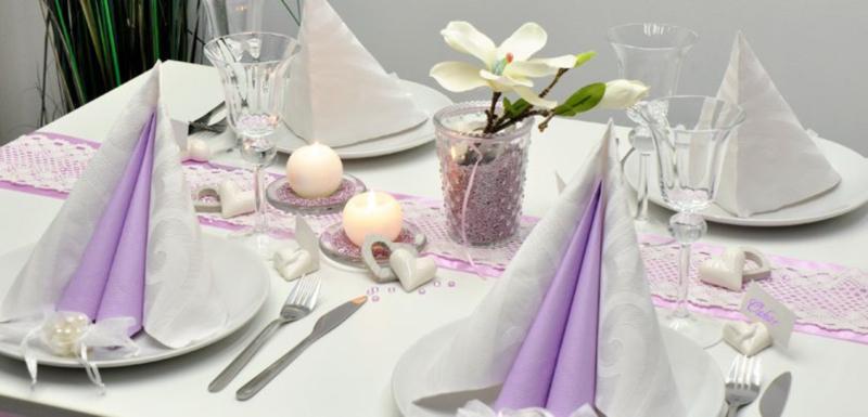 Tischdekoration in Flieder und Weiss mit Magnolie
