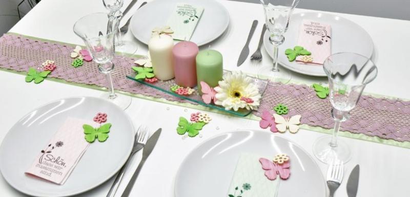 Tischdekoration in Rosa und Gruen