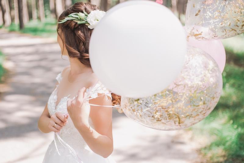 Junge Braut mit Luftballons