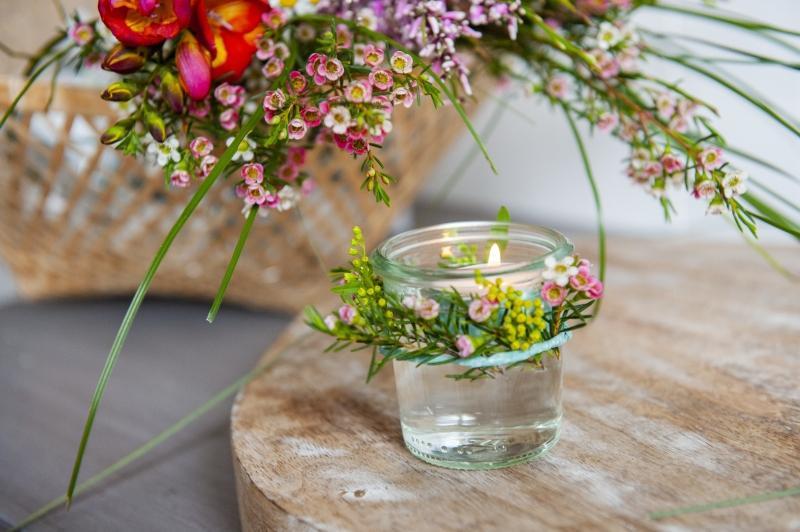 Tischdeko mit Graesern und feinen Feldblumen