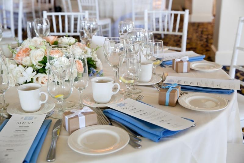 Tischdeko zur Hochzeit mit blauen Servietten