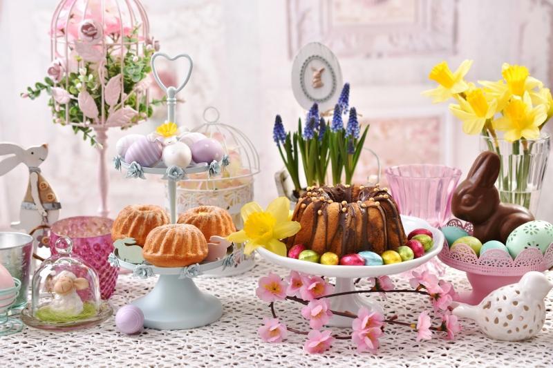 Festlicher Ostertisch mit Kuchen