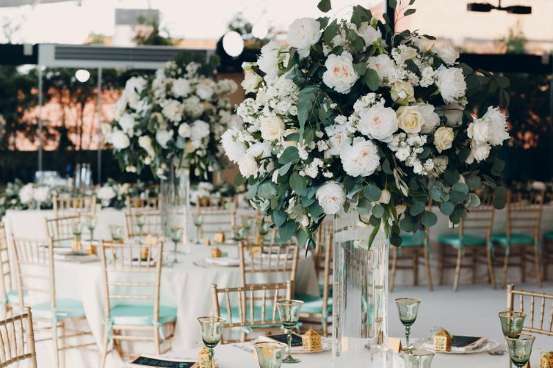 Dekorierte Hochzeitstafel mit opulentem Blumenschmuck